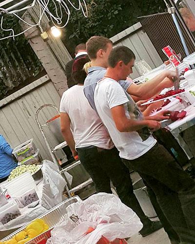 פועלים אקראינים במטבח המקומי