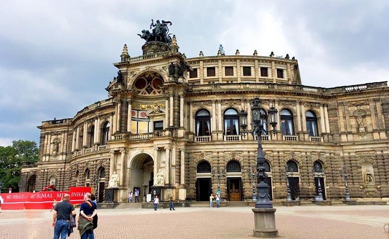 חופשה זוגית בפראג - בית האופרה סמפר