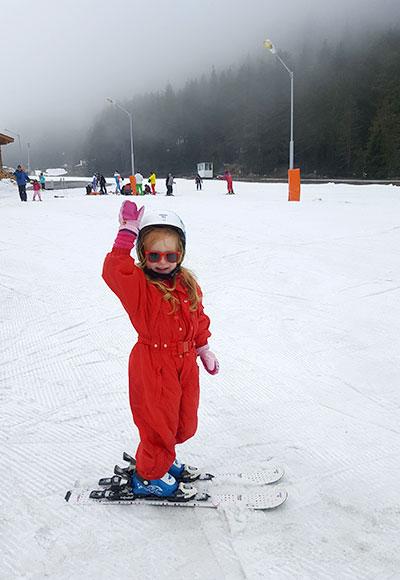 ילדה עושה סקי בבנסקו