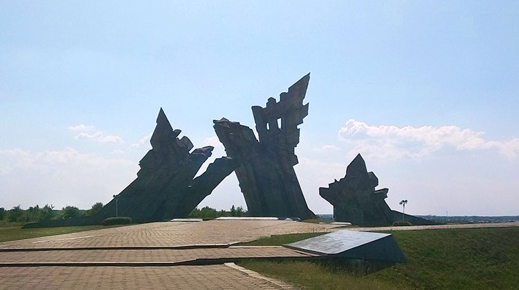 האנדרטה בפורט התשיעי