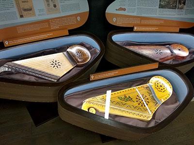 כלי מיתר עתיקים במוזיאון המוזיקה בקובנה