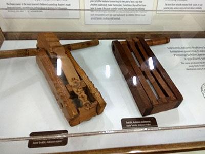 רעשנים במוזיאון המוזיקה העממית בקובנה