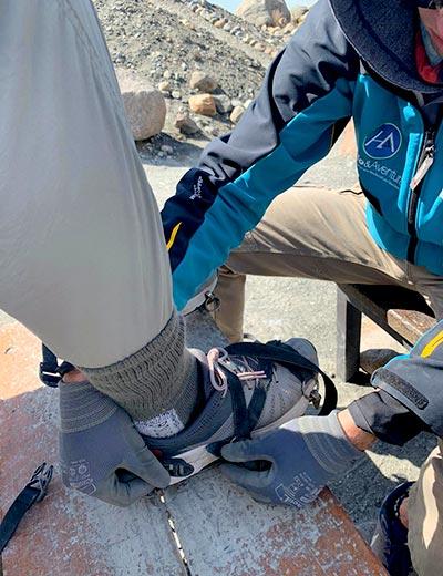 קרמפונים - סוליות מסמרים על הנעליים, המיועדות להליכה על קרחונים
